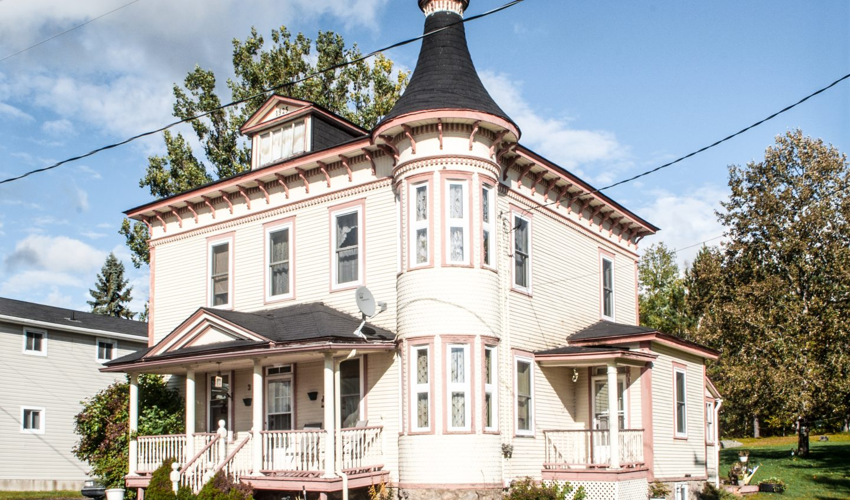 maison construite en 1925 de style Queen Ann, avec tourelle et galerie, située à Nédélec au Témiscamingue